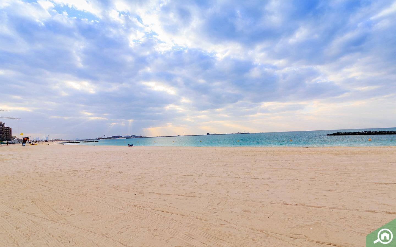 شاطئ جميرا أحد هو أقرب الشواطئ من مدينة دبي للإنتاج