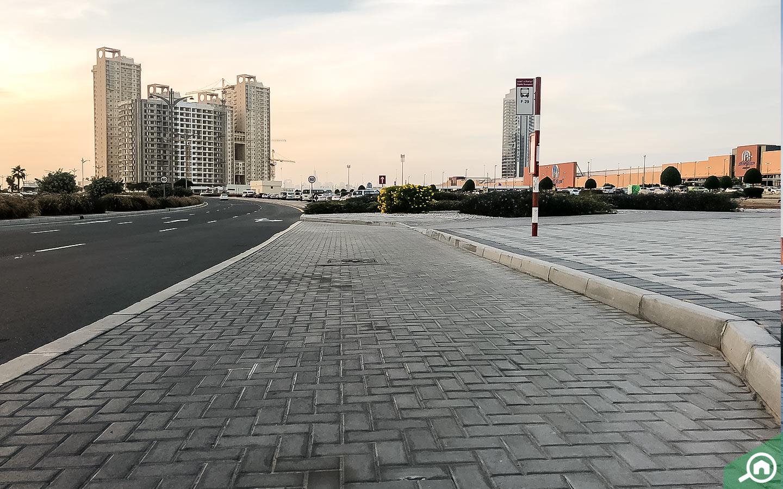 موقف باص في مدينة دبي للإنتاج