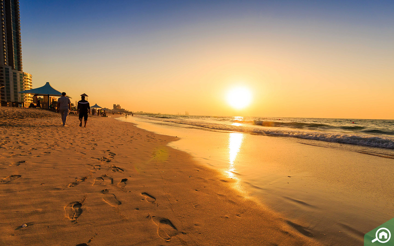 منظر الغروب على شاطئ عجمان