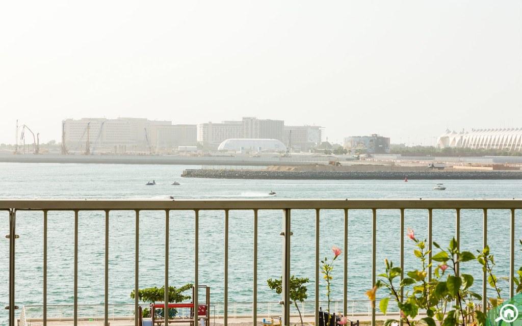 الواجهة المائية في شاطئ الراحة في أبوظبي