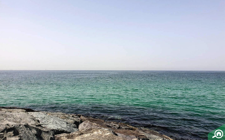 شاطئ بالقرب من المنطقة الصناعية
