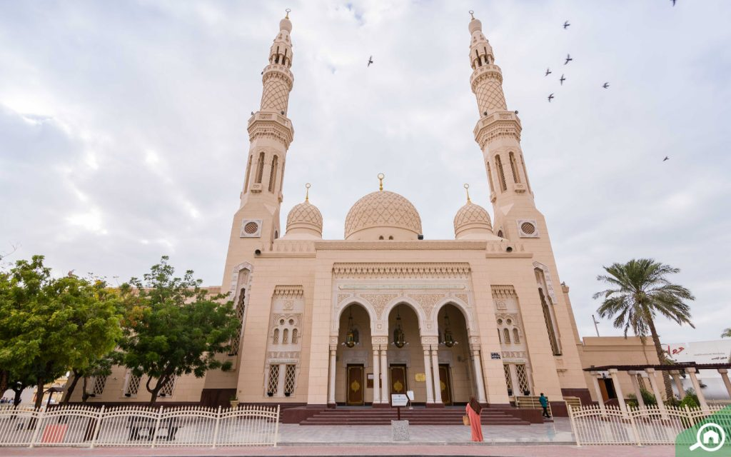 outside view of Jumeirah Mosque