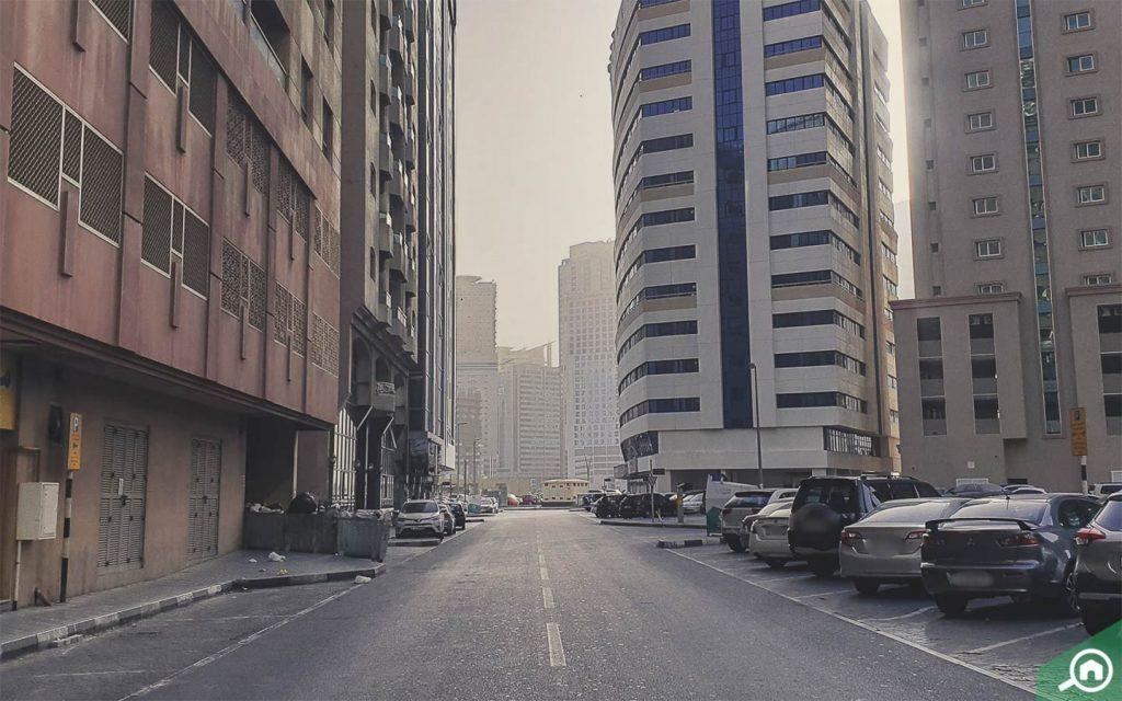 مواقف السيارات أمام البرج