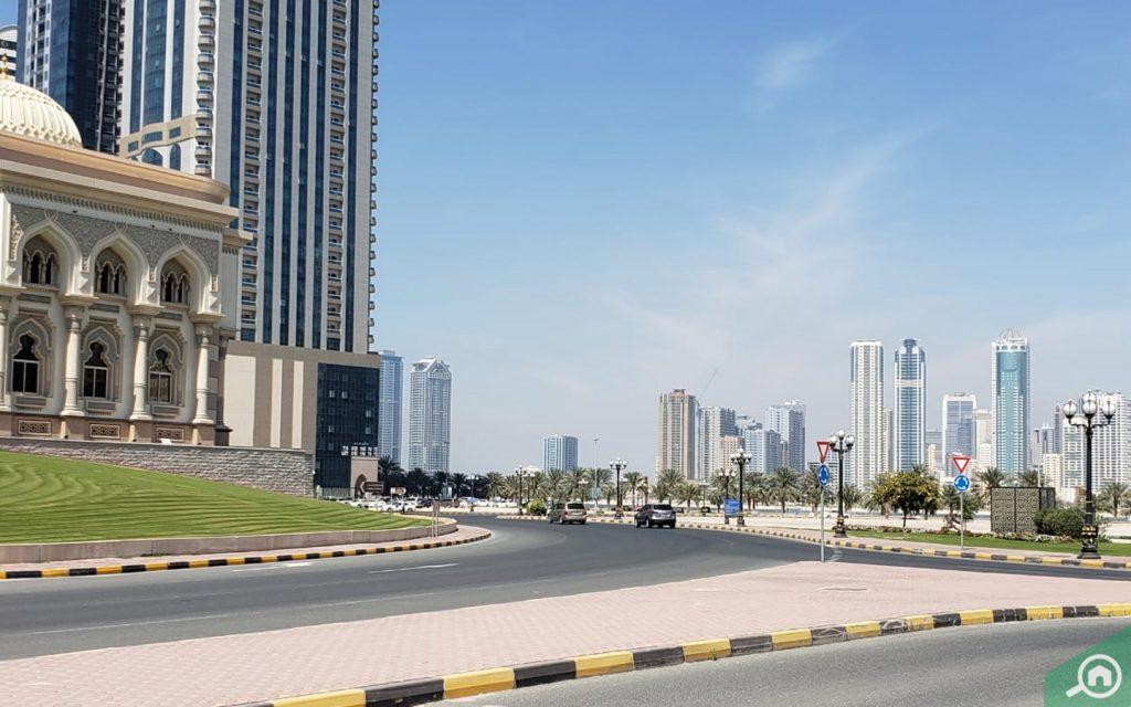 عقارات سكنية وأخرى تجارية في المنطقة