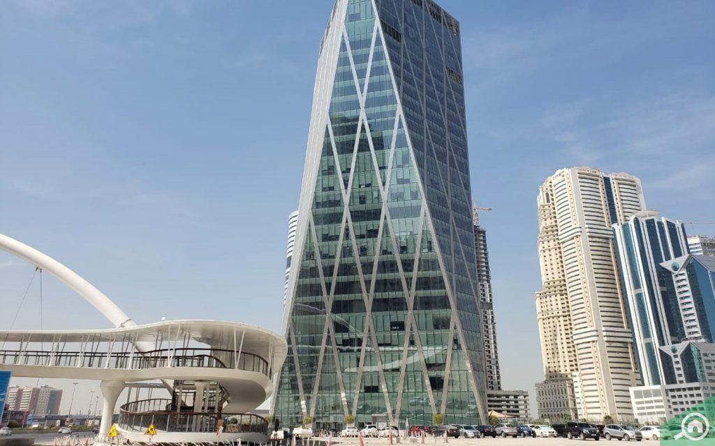 برج ذو واجهة زجاجية