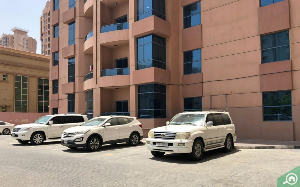مواقف السيارات أمام المبنى
