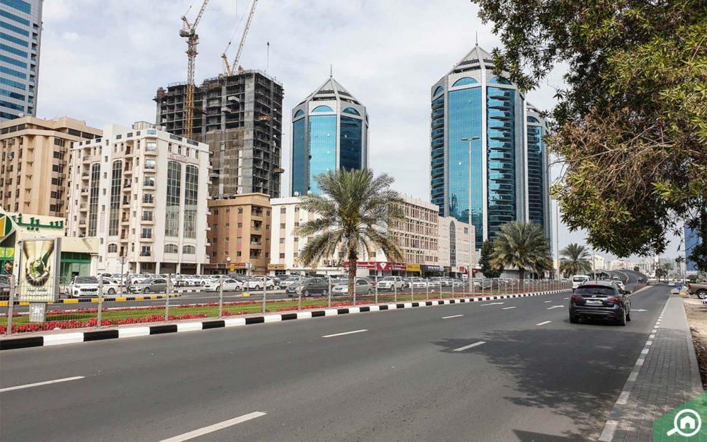 شارع رئيسي تحيط به مباني مرتفعة