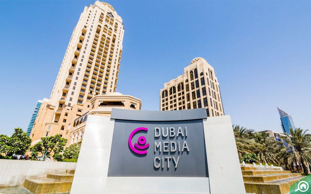 لافتة تظهر مدينة دبي للإعلام