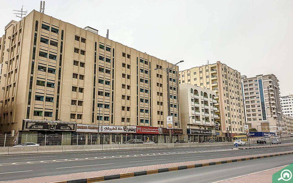 مباني سكنية قريبة من شوارع رئيسية