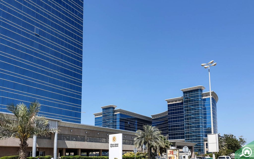 مباني وأبراج سكنية بواجهات زجاجية