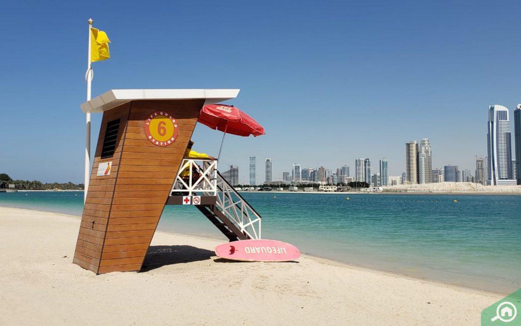 منقذ سباحة شاطئ الممزر في دبي