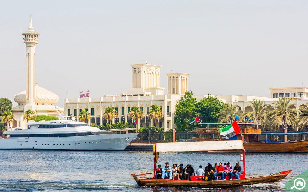 قارب خشبي في دبي
