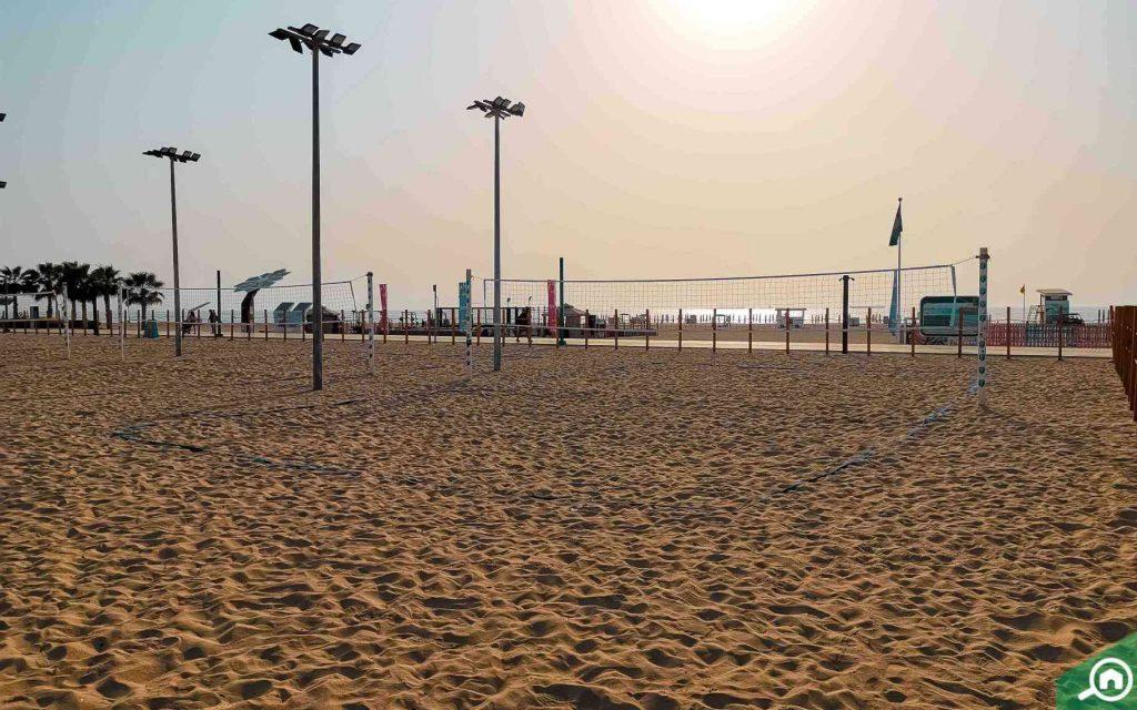 ملعب كرة طائرة في شاطئ كايت بيتش دبي