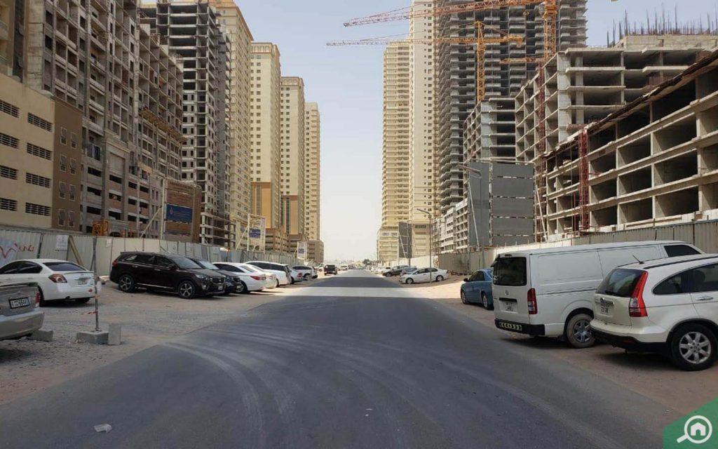 شارع بمباني غير مكتملة