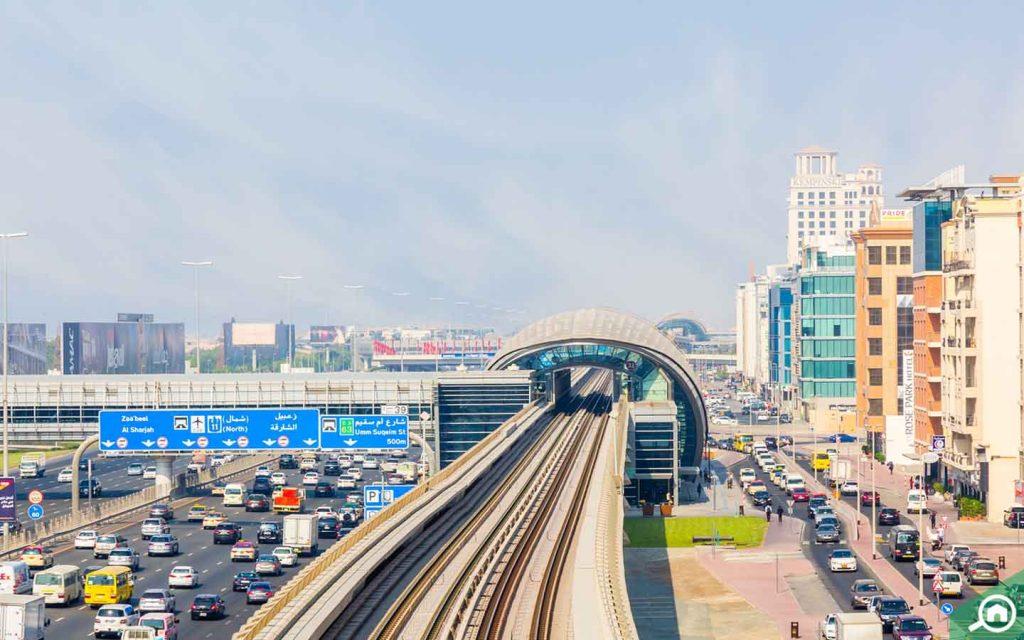 محطة مترو وشارع رئيسي