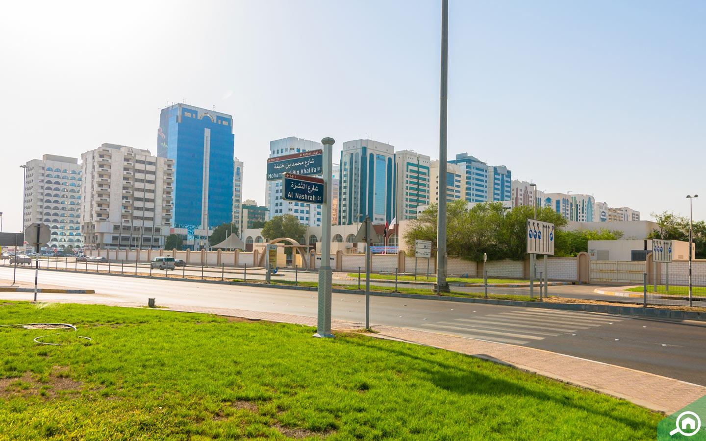 مساحات خضراء ومباني سكنية