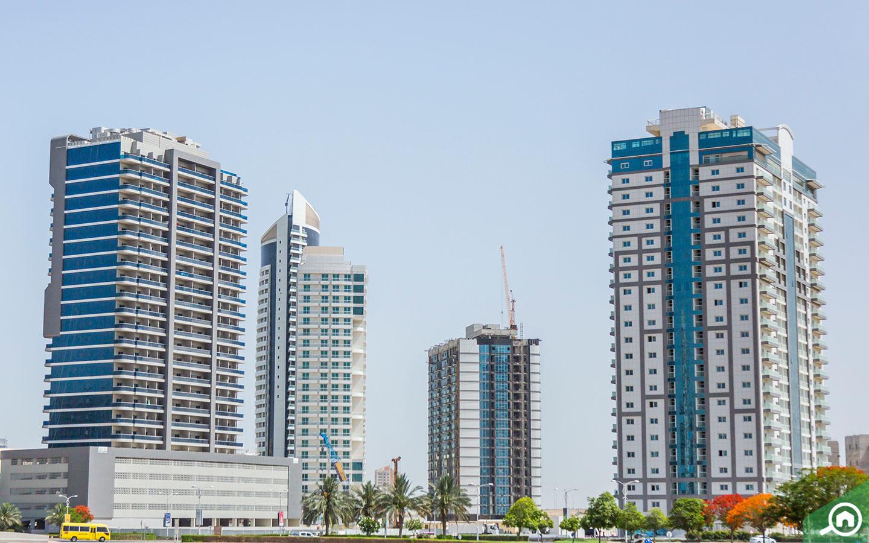 أبراج سكنية في الأفق
