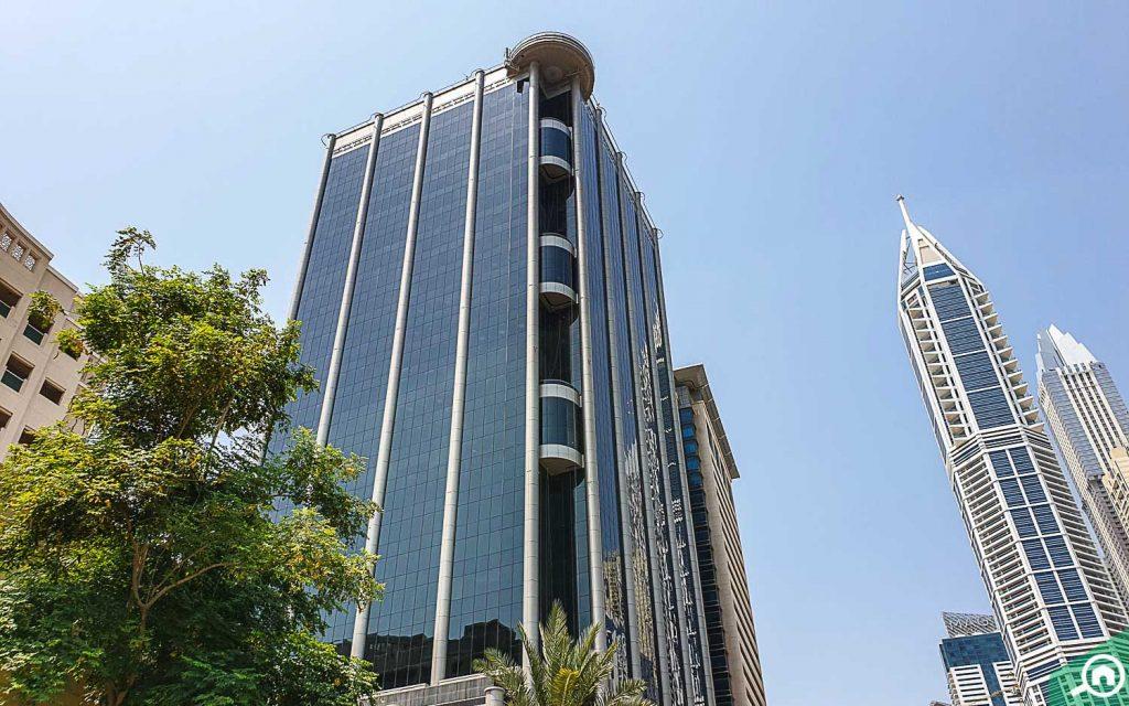 واجهة زجاجية لمبنى سكني عالي الارتفاع