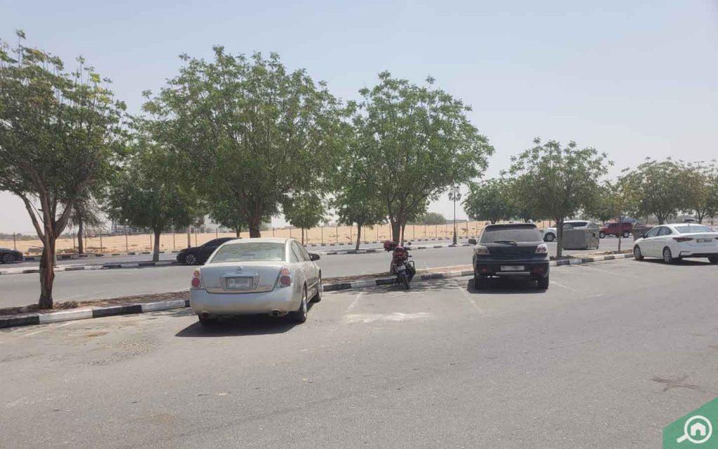 مواقف السيارات في قرية الأميرة